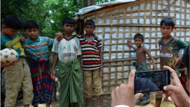 বিশেষজ্ঞরা বলছেন, রোহিঙ্গা ক্যাম্পের বিপুল শিশু-কিশোরদের সঠিক শিক্ষা দেয়া না গেলে, ভবিষ্যতে সামাজিকভাবে সমস্যা তৈরি হতে পারে