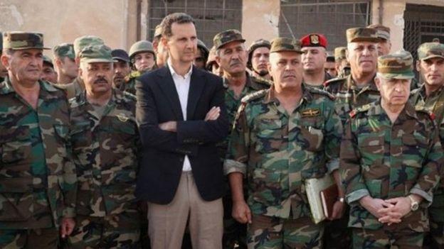 Suriye Devlet Televizyonu, Beşar Esad'ın İdlib'de bulunan askerlerle çekilmiş fotoğraflarını uluslararası haber ajanslarıyla paylaştı.