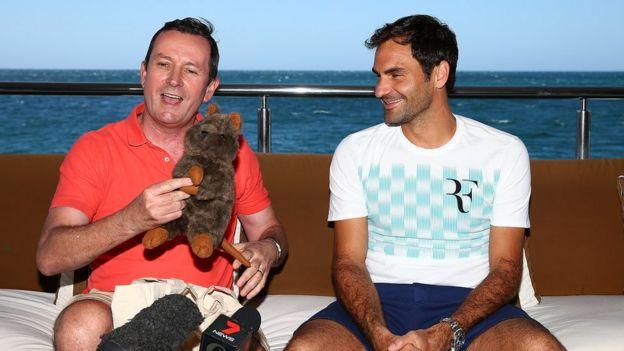 Roger Federer recibiendo un quokka de juguete de manos del primer ministro de Australia Occidental Mark McGowan