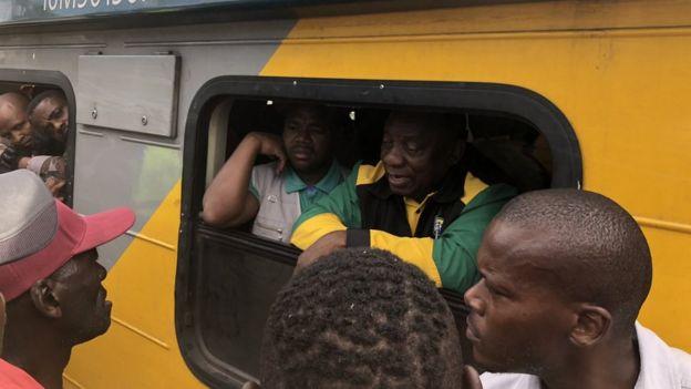 Le candidat Cyril Ramaphosa en train de discuter avec les usagers du train de banlieue.