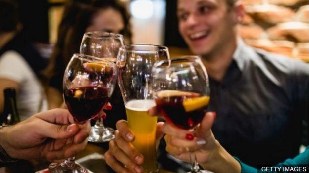 ผู้คนดื่มเครื่องดื่มแอลกอฮอล์