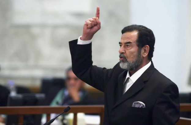 صدام حسين اثناء المحاكمة