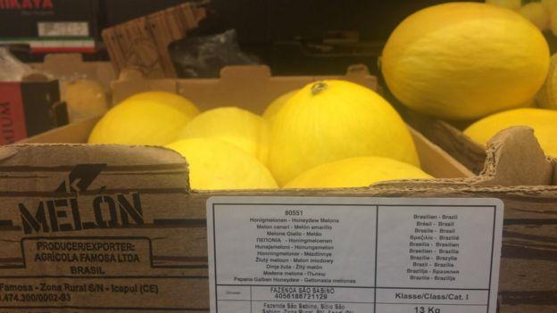 Imagem mostra caixa cheia de melões do Brasil em supermercado de Londres