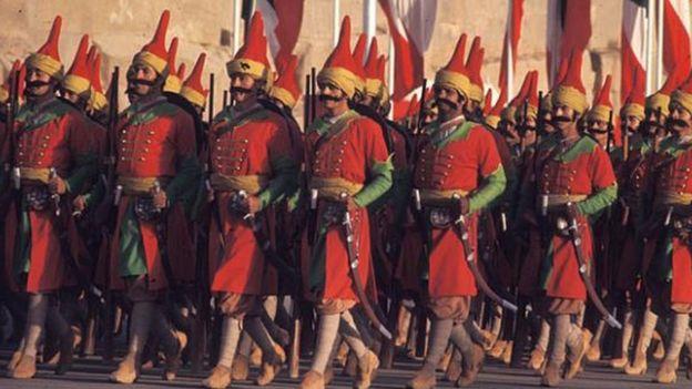 Desfile con soldados vestidos como persas antiguos
