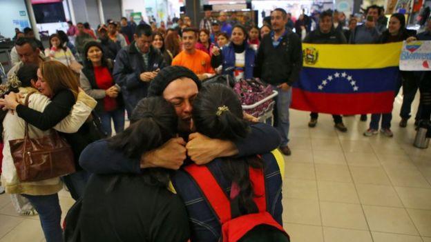 Emigrantes venezolanos son recibidos en una estación de autobuses de Perú.