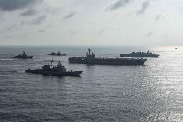 美國羅納德·里根號(CVN 76)航母打擊群,包括里根號航母、安提耶坦號導彈巡洋艦(USS Antietam)、米利厄斯號驅逐艦(USS Milius)與日本海上自衛隊自衛隊艦隊的加賀號直升機驅逐艦(DDH 184)、閃電號驅逐艦和涼月號驅逐艦在南海巡航的照片(2018年8月31日)。