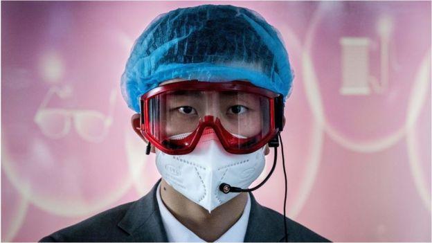 疫情之中,北京一位机场工作人员。