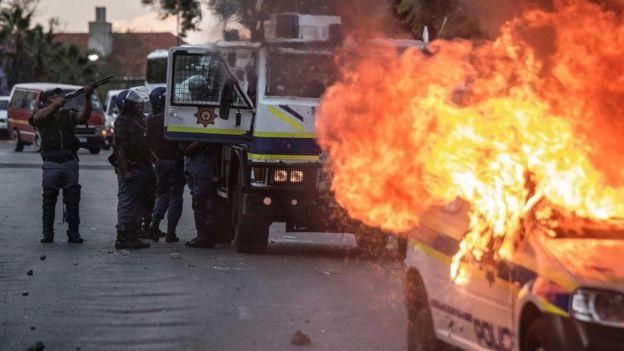 Una protesta por inequidad en Sudáfrica termina con un automóvil incendiado
