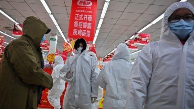 العاملون في الصيدليات يرتدون أقنعة واقية لخدمة العملاء في ووهان