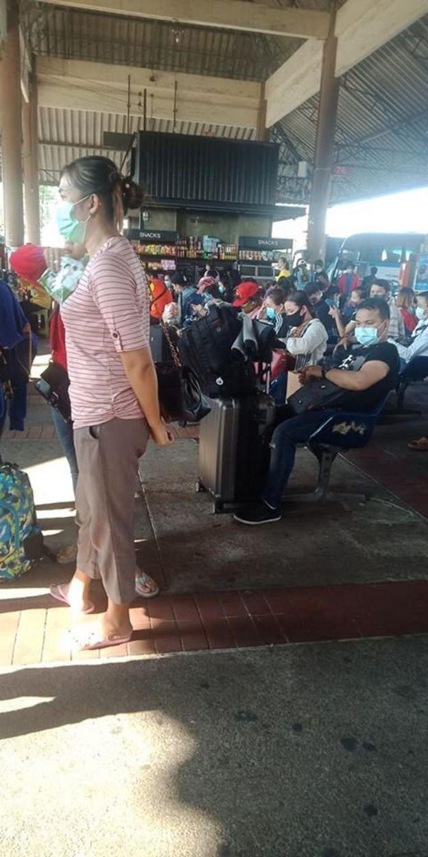 Người Việt lao động ở Thái về chờ ở cửa khẩu Thái