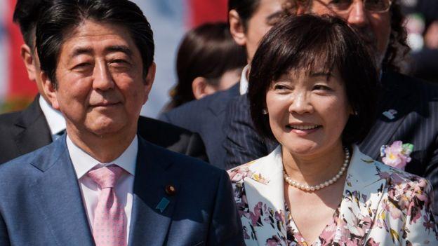 安倍晋三(右)与夫人昭惠(左)(21/4/2018)