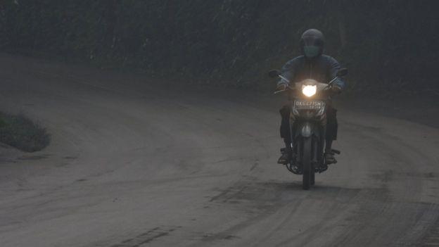 火山附近的馬路鋪滿了一層灰