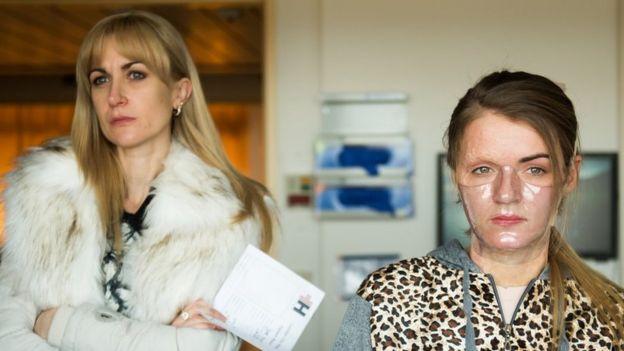 Vicky Knight posa con la actriz que interpreta a su madre en la película.