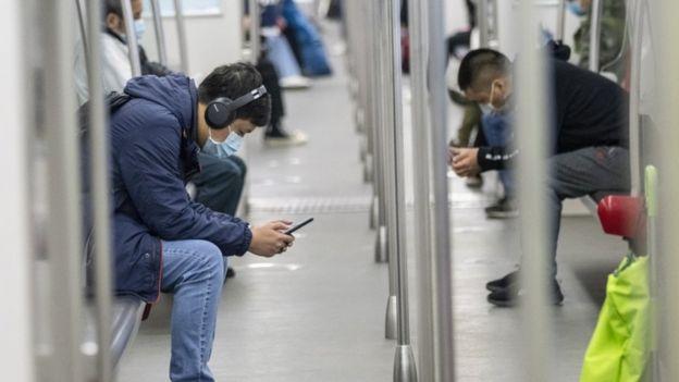 Çin'in Guangzhou şehrindeki yolcular metroda maske takıyor