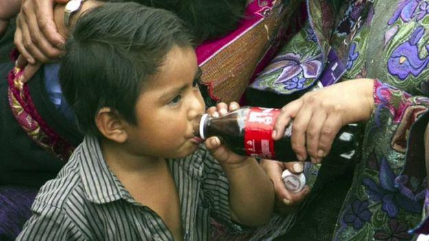 Niño de Chiapas bebiendo un refresco