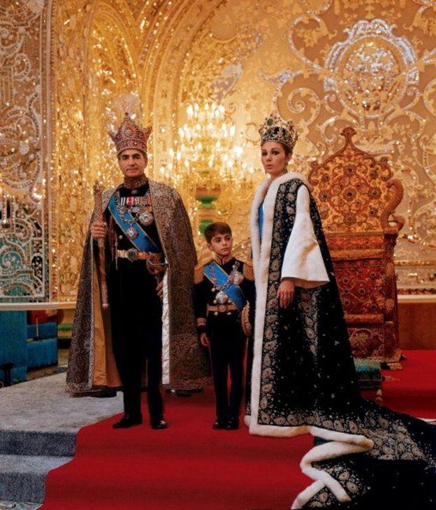 محمدرضا پهلوی و فرح دیبا و رضا پهلوی در لباس تشریفاتی