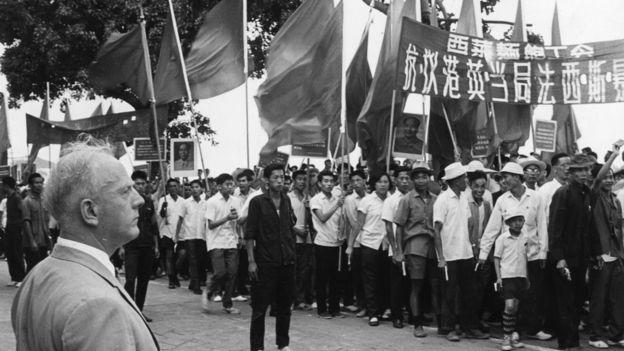 英国驻澳门领事Norman Ions观看西菜面包工会声援香港左派示威队伍经过领馆门口(21/5/1967)