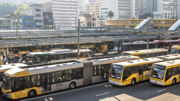 Ônibus circulando em terminal da capital Paulista