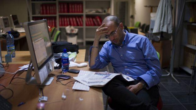 Un profesionista trabja en un escritorio