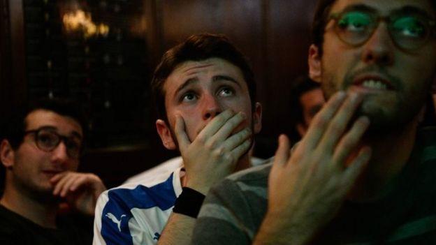 Aficionados italianos viendo el partido