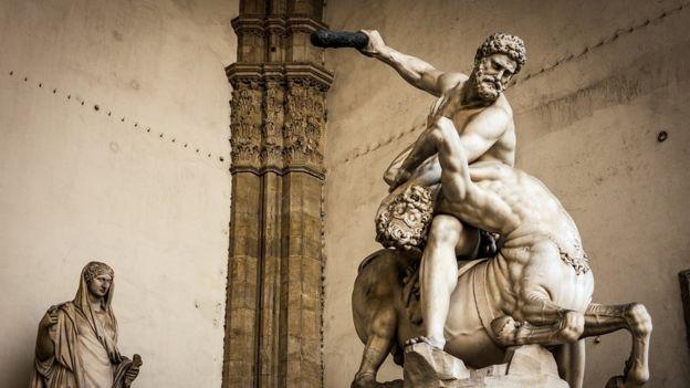 Hércules e o centauro Nessus em uma estátua de mármore feita pelo escultor Giambologna (1598), em florença, na Itália