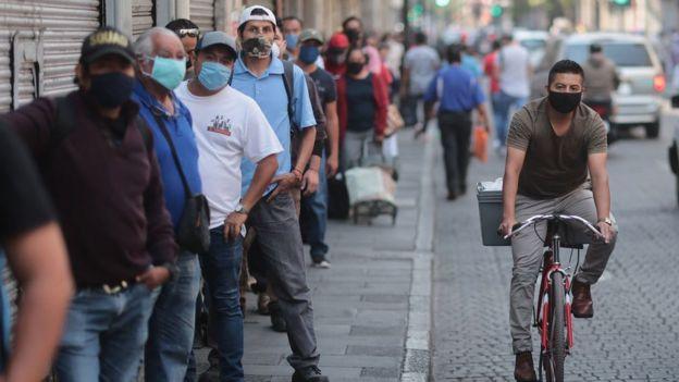 El alto porcentaje de trabajo informal dificulta el cumplimiento de las cuarentenas en América Latina.