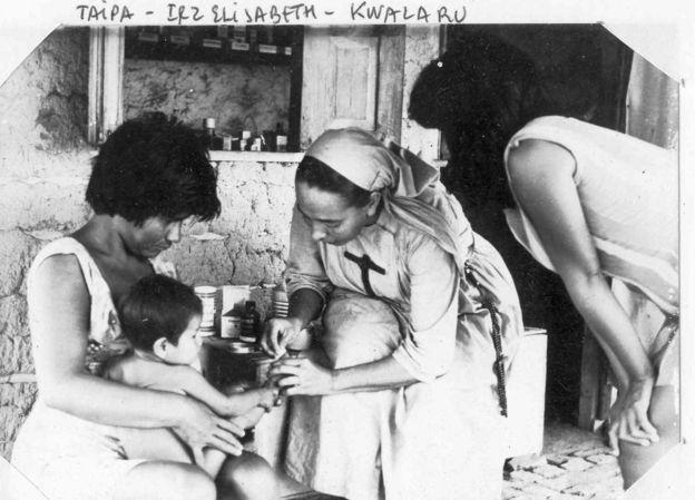 Freira atende criança indígena