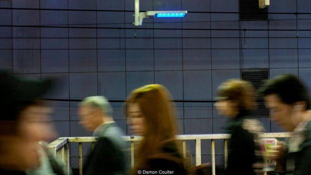 Pessoas em estação de trem