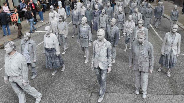 Hamburg'da Çarşamba günü sistemin yürümediğini savunan eylemciler, zombi kılığında protesto gösterisi yaptı
