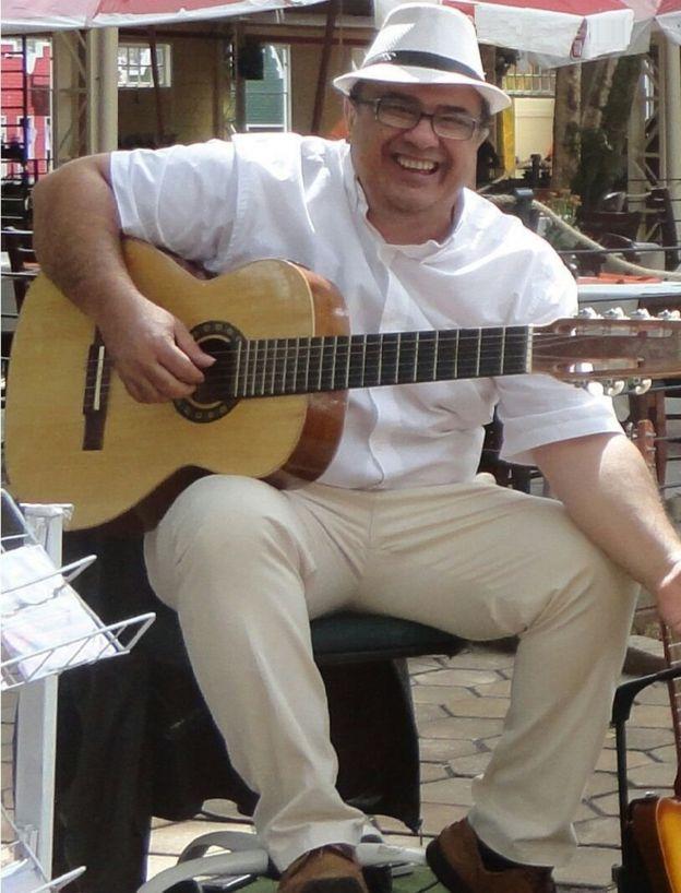 Reinaldo Casteluzzo com seu violão de 12 cordas
