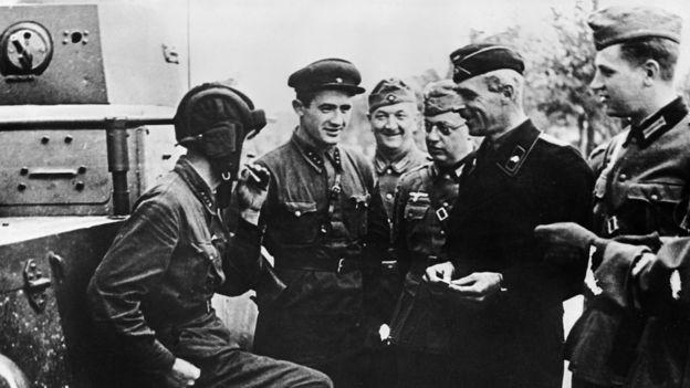 Немецкие и советские солдаты угощают друг друга сигаретами. Польша. 1939 год