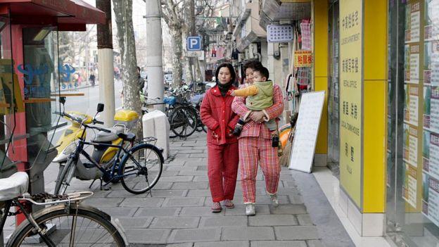 Dos chinas salen a la calle en pijamas.