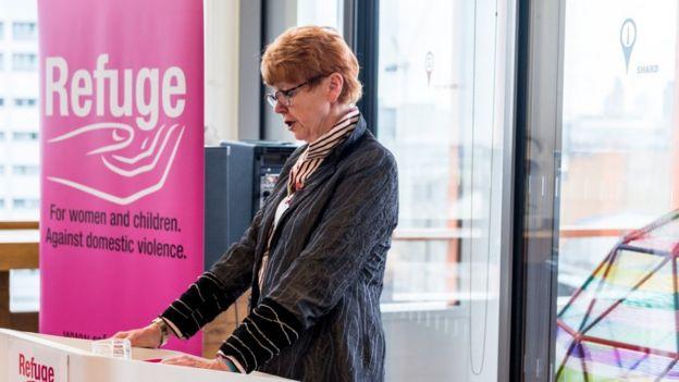 La política y abogada británica Vera Baird con el cartel de Refuge