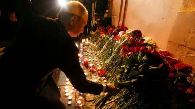 Putin colocando flores.