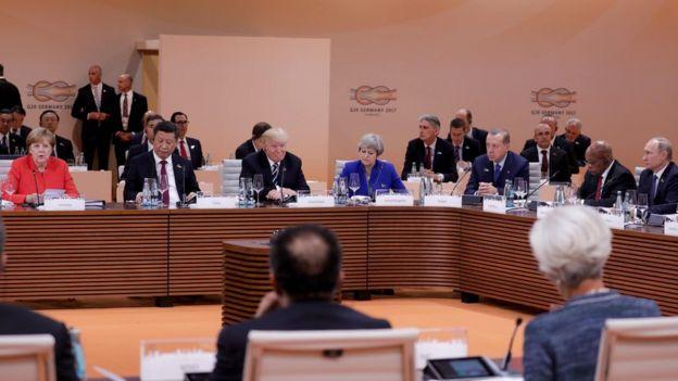 Varios de los líderes del G20 sentados a la mesa.