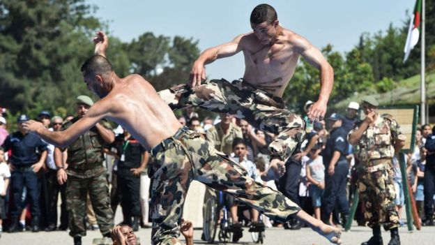 Soldados haciendo artes marciales