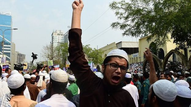 Activists from an Islamist group participate in a protest calling for the removal of a statue in front of the Supreme Court, in Dhaka on March 3, 2017