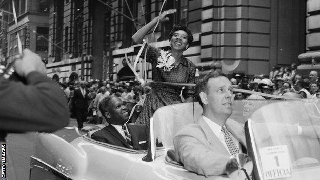 Gibson siendo recibida en Nueva York por una multitud orgullosa.
