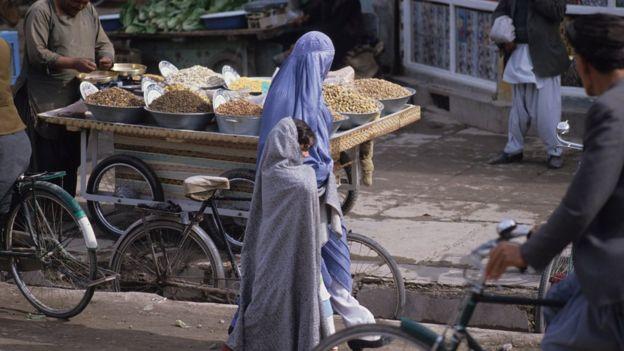 নজিবুল্লাহর পতনের কয়েকদিন পর কাবুলের রাস্তায় আফগান নারী