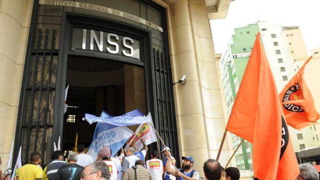 Protesto em frente ao INSS