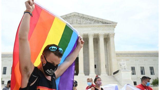 Activista con la bandera arcoíris frente a la Corte Suprema de EE.UU.