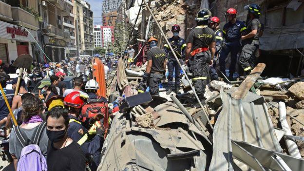 Bombeiros buscam desaparecidos entre escombros de um prédio próximo ao porto