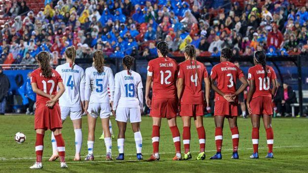 Jugadoras de Canadá y Estados Unidos.