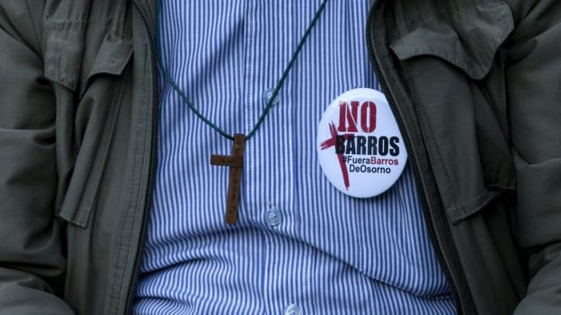 """Hombre con chapa """"No Barros"""""""