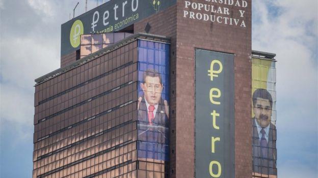 Edificio de la Universidad Popular y Productiva de Venezuela con la publicidad del petro.