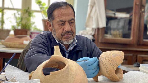 شیرازالدین سیفی، کارشناسان مرمت آثار تاریخی، روی بازسازی آثار تاریخی ۲۵۰۰ سالهای کار میکند که به دست طالبان تکه تکه شدهاند