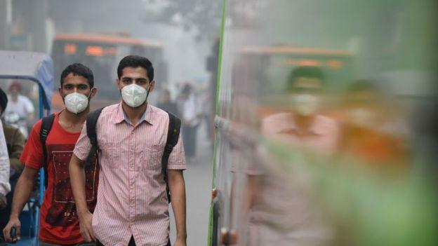 नोभेम्बर ९, २०१७ मा दिल्लीमा मास्क लगाएर हिंड्दै बटुवाहरू
