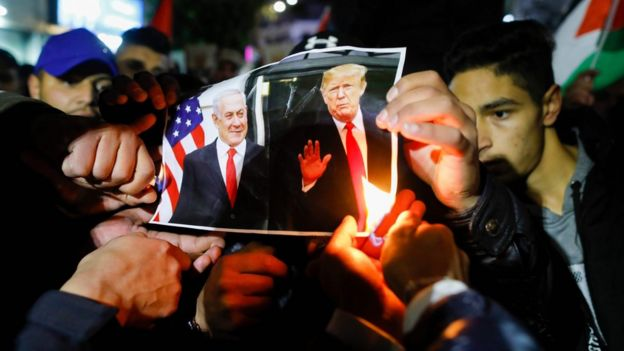 Палестинцы сжигают портреты Трампа и Нетаньяху