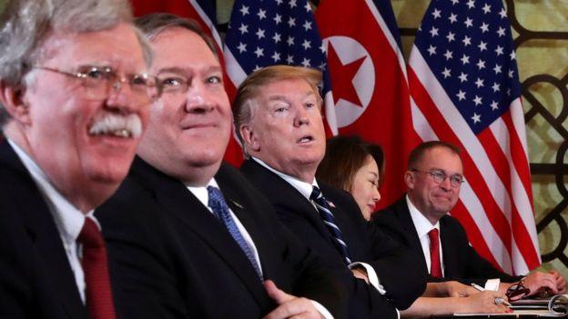 Cố vấn an ninh John Bolton (bìa trái) cũng tham gia cuộc hội đàm với Bắc Hàn cùng ông Trump hôm 28/2