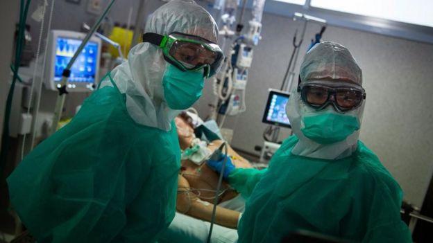 Đồ bảo hộ mà nhân viên y tế phải mặc có thể khiến toàn bộ trải nghiệm trở nên đáng sợ hơn đối với bệnh nhân Covid-19